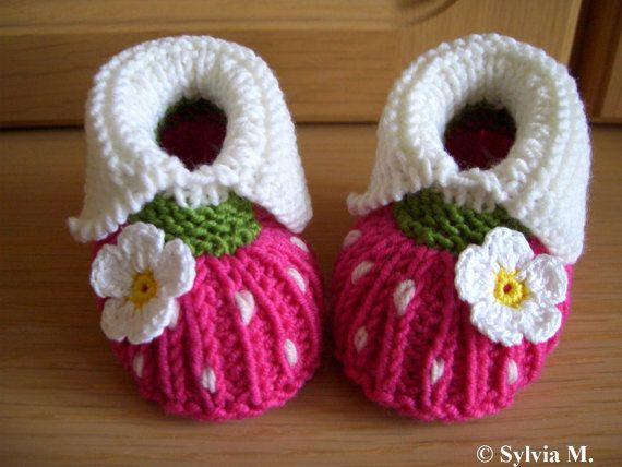 Lindos sapatinhos feitos em tricô ou crochê.