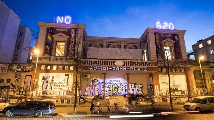 """Leuchtbuchstaben mit dem Slogan """"NO G20"""" sind am 27.03.2017 in Hamburg auf dem Dach des linksautonomen Kulturzentrums Rote Flora im Hamburger Schanzenviertel zu sehen. Am 7. und 8. Juli 2017 treffen sich in Hamburg die Staats- und Regierungschefs der G20-Staaten. (dpa / Christian Charisius)"""