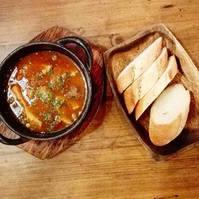 ハチノスのトリッパ。 ハチノスの食感と、バケットに合う味付けはたまりません。  #トリッパ #煮込み #ハチノス #肉 #牛肉 #バケット #洋食 #イタリアン #バル #グルメ #食べ物 #食 #おいしい #美味しい #東京グルメ #有楽町 #trippa #stew #meat #beef #bucket #westernfood #italian #bal #gourmet #food #foodlover #foodie #delicious #yummy