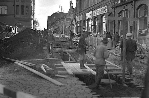 Kiveystöitä Keskustorin kulmassa lokakuussa 1931. Kuva: Aamulehti 15.10.1931. Tampereen museoiden kuva-arkisto.