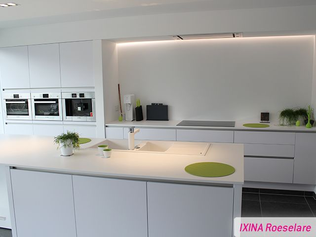 Greeploze Keuken Ixina : Keukenrealisatie greeploos wit IXINA Turnhout Cuisine