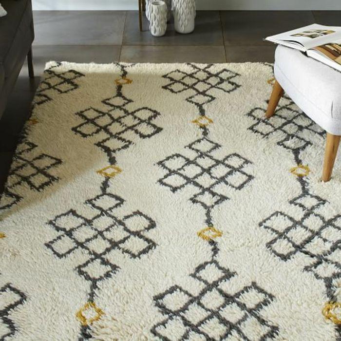 tapis berbere kilim pas cher, joli tapis beige avec ornaments noirs