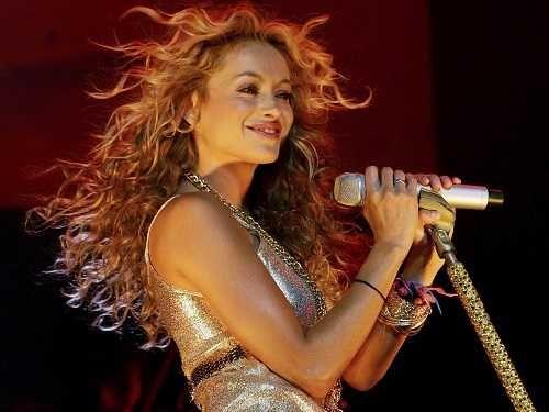Paulina Rubio se echó tremenda caída en pleno concierto