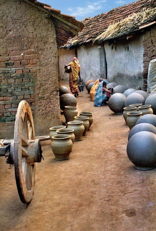 Uma vila no estado de Bengala Ocidental, na Índia. Produção de vasos de argila.