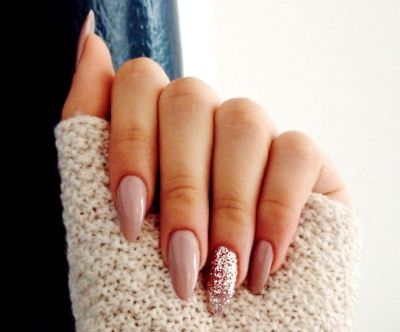 Almond-shaped acrylic nails with a glitter statement nail