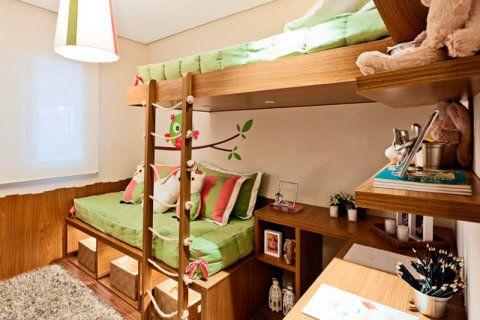 Feminino, porém diferente. Este era o objetivo dos arquitetos Marcello Sesso e Débora Dalanezi ao projetar este quarto para duas irmãs de 10 e 12 anos. Corujas enfeitam a parede e também aparecem em cima da cama. Embaixo da janela, um lambri laminado de madeira foi posicionado de maneira diferente.