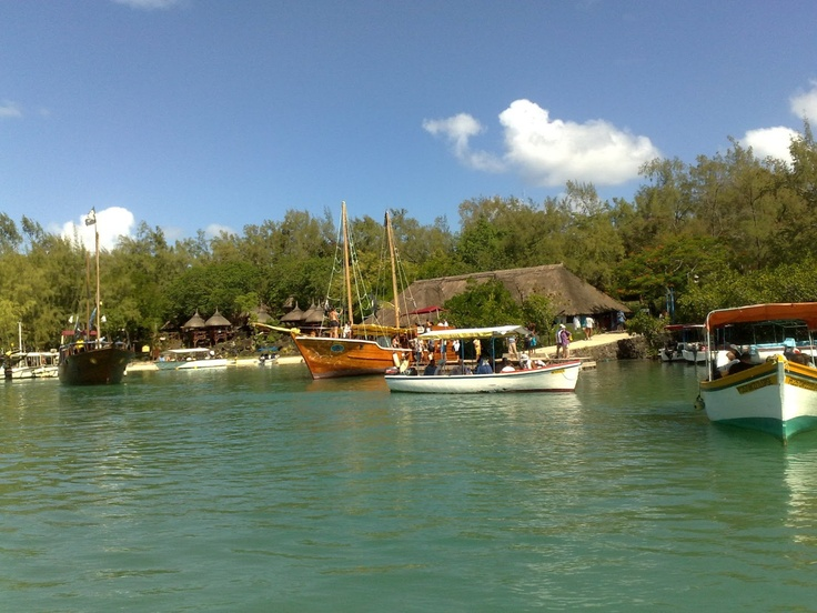 Das Korallenriff ist schön und voller Leben, und zusammen mit den großen schwarzen Felsen, die ins Wasser ragen, ist es ein idealer Ort zum Schnorcheln um die reiche Unterwasserwelt genießen. Diverse Wassersport-Aktivitäten wie Parasailing, Schnorcheln, Wasserski, Bananenboot, Glasbodenboot und vieles mehr werden hier angeboten