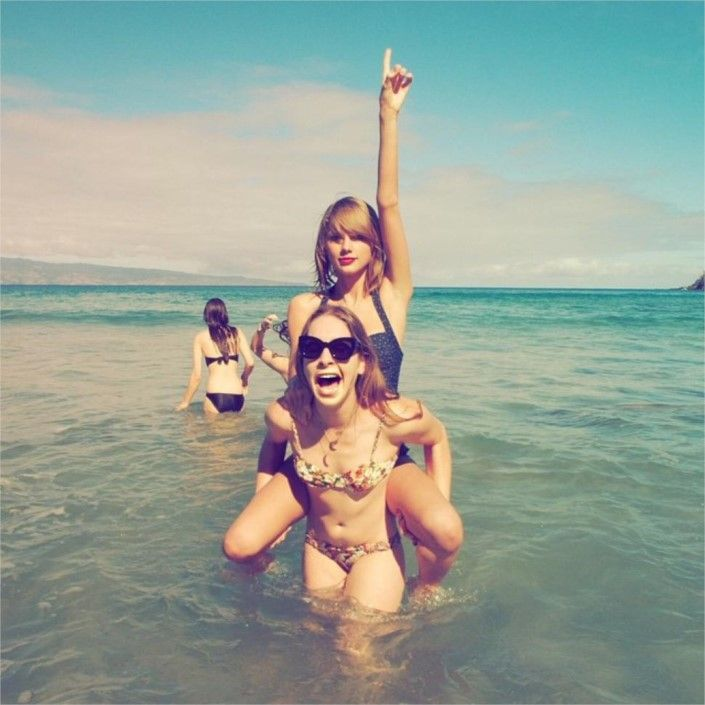 Taylor Swift reveals belly button in bikini photo