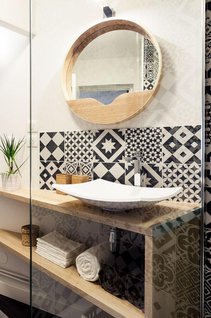 Le carrelage graphique bouleverse les perspectives dans la salle de bains