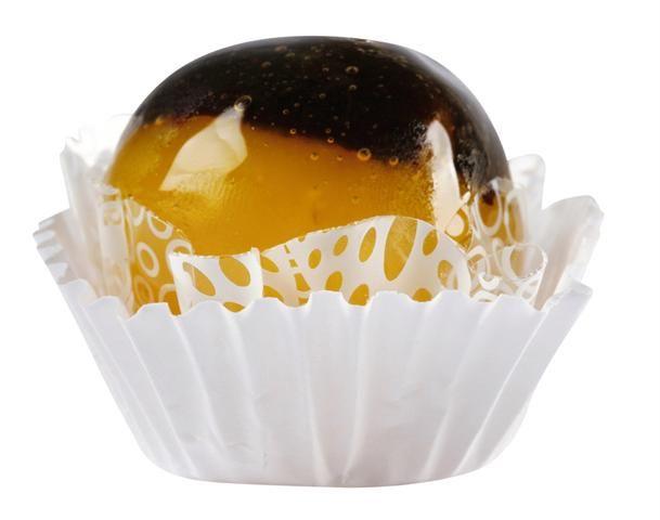 Olho de sogra caramelado 2 latas de leite condensado 5 colheres (chá) de açúcar cristal 200 gramas de coco ralado 1 colher (sobremesa) de margarina 4 gemas 500 gramas de ameixas pretas sem caroço   Calda caramelada: 4 xícaras (chá) de açúcar cristal 2 xícaras (chá) de água 4 colheres (sopa) de vinagre