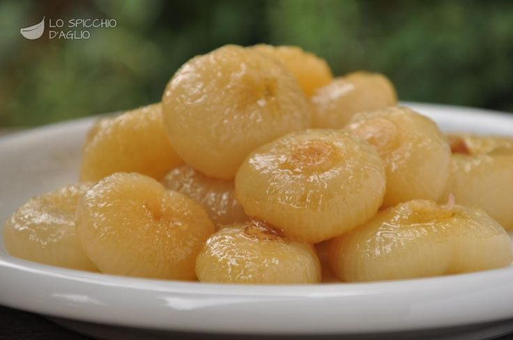 Le cipolline in agrodolce sono un contorno realizzato con le cipolline borettane, una varietà di cipolline molto note per la suasquisitezza, dalla classica forma schiacciata.