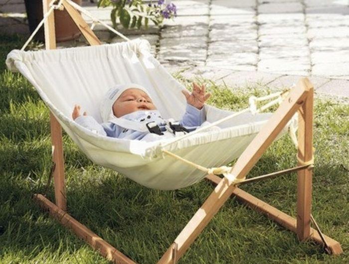 hamac-balancelle-jardin-pelouse-verte-hamac-sur-pied-pour-le-bébé-nature-et-decouverte-hamac