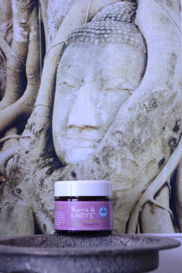 Burro Karitè Biologico - Corpo Viso Capelli Duratura azione idratante e nutriente  Proprietà antibatteriche Protegge la cute dagli agenti atmosferici e svolge un'importante azione lenitiva in caso di screpolature o piccole irritazioni.  Idratante, rende la pelle elastica, non acclude i pori e, grazie alla sua ricchezza di vitamine, è un ottimo antirughe. Utilizzato in preparazioni per i capelli o come balsamo è ottimo per curare i capelli danneggiati e aiuta in caso di forfora.