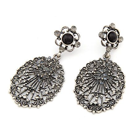 Aros color plata envejecida, largos, con pequeños cristales y piedra negra. $4.500
