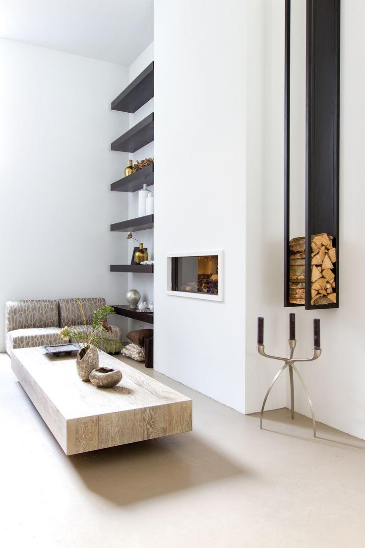 Loungeroom van BB Interior. Meubels van PH collection, openhaard van de Lijsterbes en design wandrek voor haardhout.