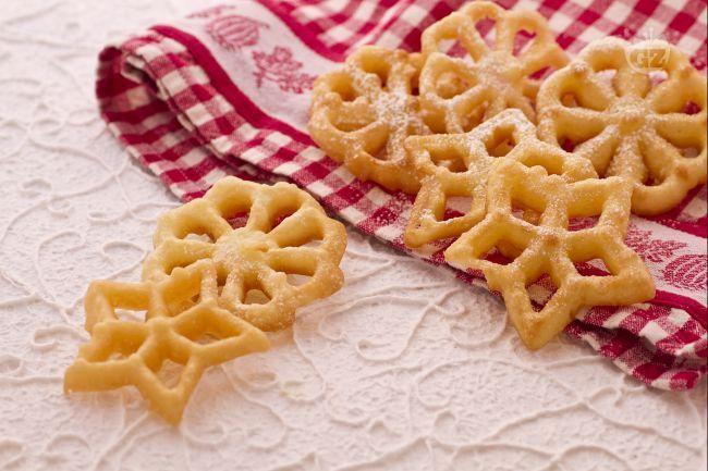 Queste semplicissime e croccanti frittelle Altoatesine, sono friabili e leggere si realizzano piuttosto velocemente e piaceranno a tutti !