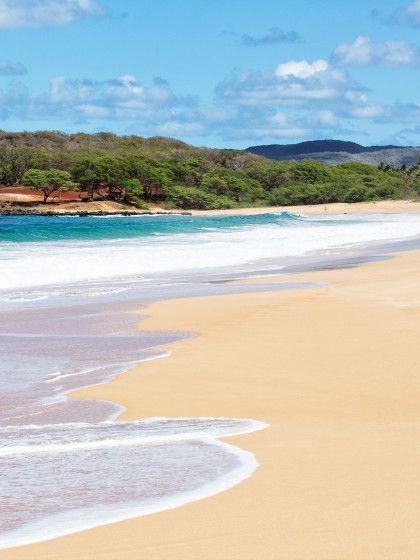 """Darfs ein bisschen weiter weg sein. Molokai gilt als """"das wahre Hawaii"""" und bietet einen völlig unberührten Regenwald, den ihr zum Beispiel auf dem Rücken eines Mulis erkunden könnt. Diese Insel kommt ganz ohne Hotel-Betonklötze, Ampeln oder Touri-Fresstempel aus. Wer hier her kommt, reist gefühlte 50 Jahre in die Vergangenheit, so ursprünglich ist das kleine Eiland. Am längsten Strand Hawaiis (drei Kilometer), dem PapohakuBeach, kann ..."""