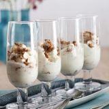 Op heel eenvoudige wijze kun je ook een lekker dessert met speculaasjes samenstellen. 75 g amandelspeculaasjes 200 ml slagroom 10 g suiker of 1 el