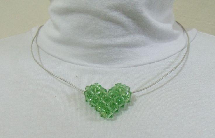 Colar em fio de couro prateado, pingente em coração feito artesanalmente, com efeito tridimensional, em cristais Swarovski cor Peridoto.