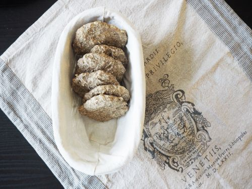Polarbrød med surdeig og chiafrø.