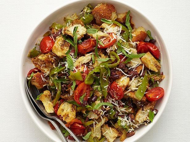 Зимний салат с хлебом, помидорами и перцем