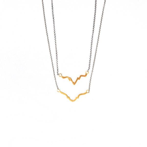 This necklace is ideal for an everyday minimal look. Wear it alone or pair it with its coordinated necklace. - 925 Sterling Silver - 18K gold plated - Oxidized