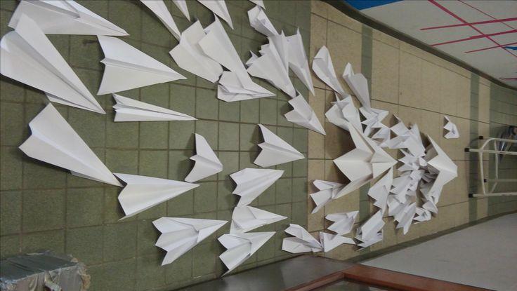 Alle vliegtuigen lijken net als een pijl die naar een plek wijzen: de kruk. Dit kan je zien als alle druk van school. (ik kreeg hem niet omgedraaid)