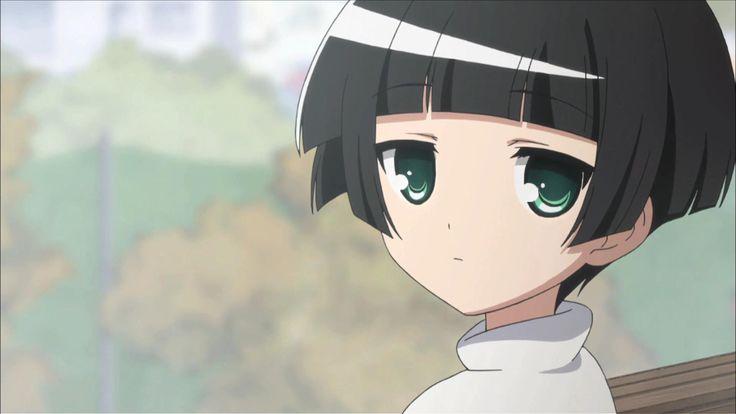 """Kohina es la heroína de este anime. Ella tiene una muñeca extraña como figura y va a la escuela primaria. Hizo un llamamiento a Kokkuri-san una vez y ahora está poseyendo su casa. A pesar de que se parece a una """"muñeca"""" autoproclamanda y tiene cero sentimientos de la vida y siempre está sola, a veces muestra su sonrisa que hace con el rubor de Kokkuri-san."""
