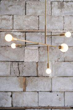 Industriel og skulpturel lysekrone