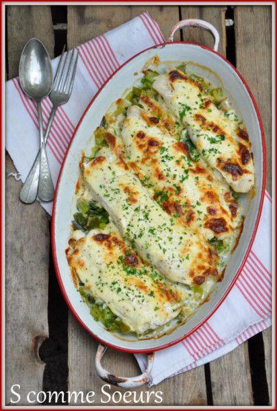 Des filets de poisson blanc tout frais sont cuits au four sur un lit de poireaux primeurs, et recouverts d'une sauce crémeuse au comté qui va gratiner lors de la cuisson.
