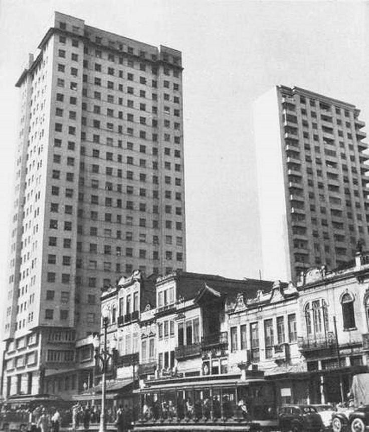 Foto do edifício Balança Mas Não Cai, os antigos sobrados e o bonde passando.