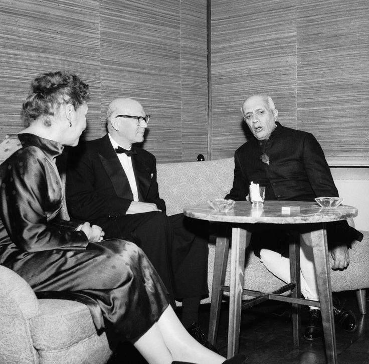 Hotelli Vaakuna, Helsinki 20.6.1957. Presidentti Urho Kekkonen ja Intian pääministeri Jawaharlal Nehru sekä Sylvi Kekkonen Intian suulähettiläs ja rouva Chopran illallisilla Hotelli Vaakunassa.