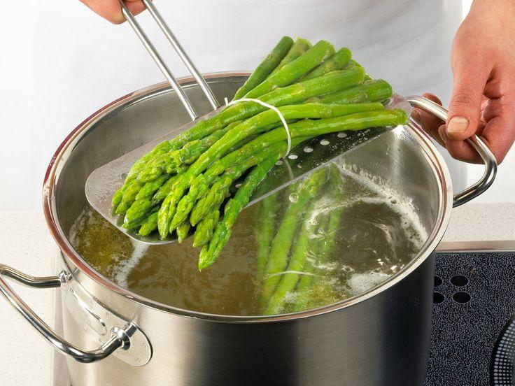 Ob gebraten, gekocht oder im Ofen gegart, grüner Spargel richtig zubereitet ist immer ein Genuss! Und das musst du bei der Zubereitung beachten.
