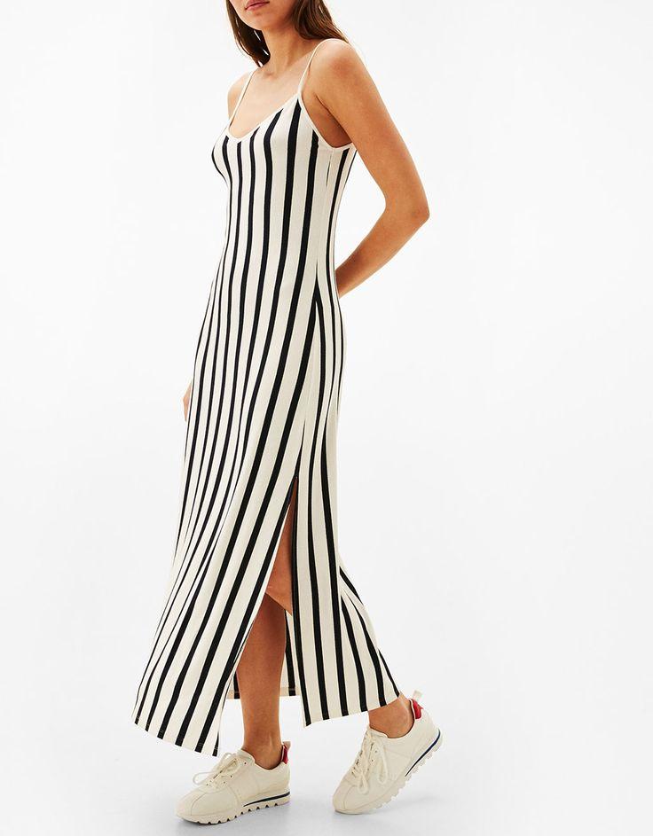 Langes Kleid mit Spaghettiträgern. Entdecken Sie diese und viele andere Kleidungsstücke in Bershka unter neue Produkte jede Woche