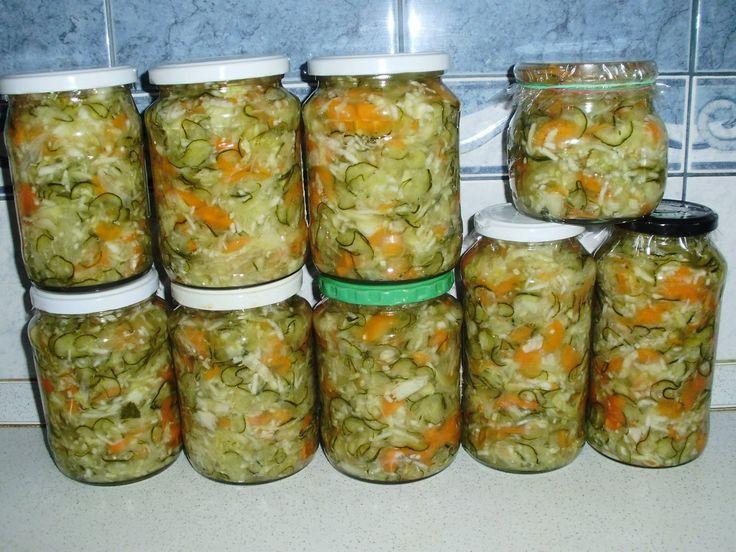 Recept:     2 kg uborka   2 kg káposzta   1 kg hagyma   1 kg paprika   0,5 kg sárgarépa   7 dkg só   1 kg cukor   3 dl 20%-os ec...