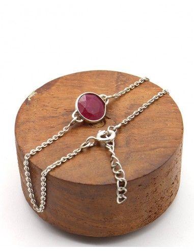 1a1d4fe696f5b Ce bracelet en argent est accompagné d'une pierre semi précieuse ronde en  Rubis indien