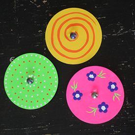 Erstelle dein eigenes Spiel, indem du alte CDs und DVDs in lustige Kreisel umwandelst!   – Teaching ideas