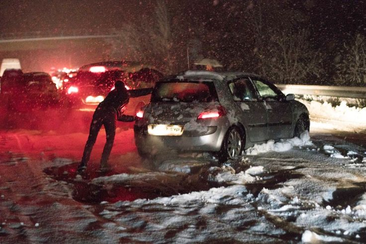 Heftiger Wintereinbruch: Tausende Spanier stecken auf Autobahnen im Schnee fest - SPIEGEL ONLINE - Panorama