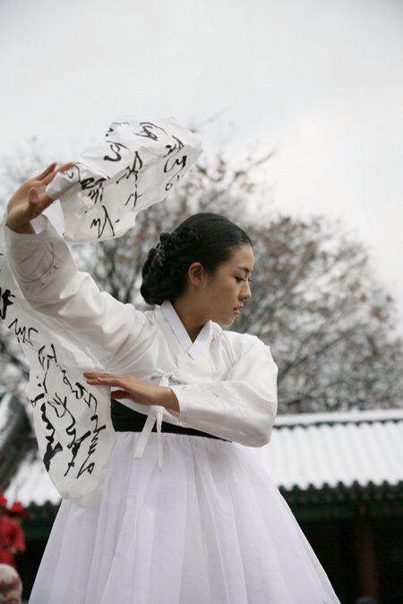Hwang Jin Yi (황진이) (2006) #KDrama Ha Ji Won stars as the legendary poet, musician, dancer, and gisaeng from the Joseon Era in the LotusPoemDance #Hanbok