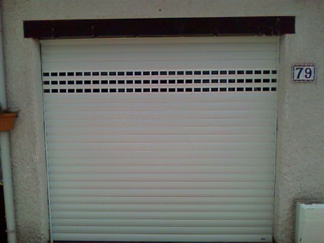 Porte de garage enroulable avec lames hublots