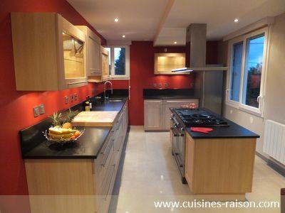 Une cuisine rouge et esthétique, dotée de façades en chêne blanchi haut de gamme
