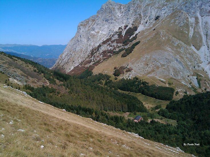 Rifugio del Freo visto dalla salita del monte Corchia.