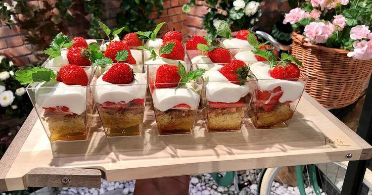 Servera sommartårtan i glas, det blir både snyggt och enkelt till buffébordet! Glutenfri tårtbotten med brynt smör, färska jordgubbar, grädde och citronmeliss. Helt ljuvligt!