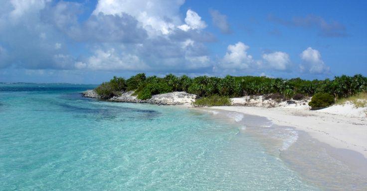 Passeios de barco levam a é Half Moon Bay, em Turks e Caicos, onde se pode mergulhar, a passos da praia, em meio a cardumes de peixes coloridos #Caribe