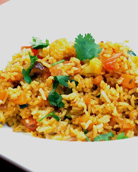 RIZ FRIT (300 g de riz bouilli, 50 g de chou fleur, 1 carotte, 1/4 de courgette, 1/2 oignon coupé, 1/2 tomate, 1 c à c de concentré de tomates, 1/2 c à c de graines de  cumin, 1/2 c à c de poudre de  curcuma, 1 c à c de poudre de  curry, quelques feuilles de  coriandre fraîche)