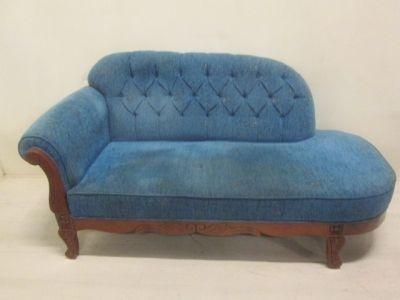 Sofa met blauwe stopffen bekleding en donker hout met houtsnijwerk. Hoogte 90 cm, lengte 170 cm en diepte 85 cm.