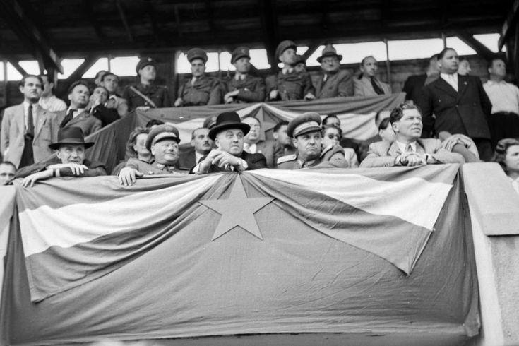 Újpest, Megyeri út, UTE pálya. A 60 éves MTK ünneplése. A díszpáholyban jobbról Marosán György, Farkas Mihály, Ries István, a bal szélen Kádár János.