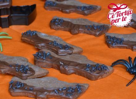 """La notte di #Halloween si avvicina e non c'è niente di meglio che preparare """"mostruosi"""" biscotti. Pipistrelli al cioccolato ed arancia preparati in men che non si dica. Piaceranno molto ai più piccoli, ma anche ai grandi.  Clicca e scopri la #ricetta..."""