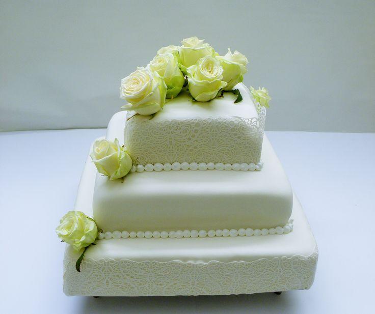 Tort 3-piętrowy w masie cukrowej z koronką i żywymi różami