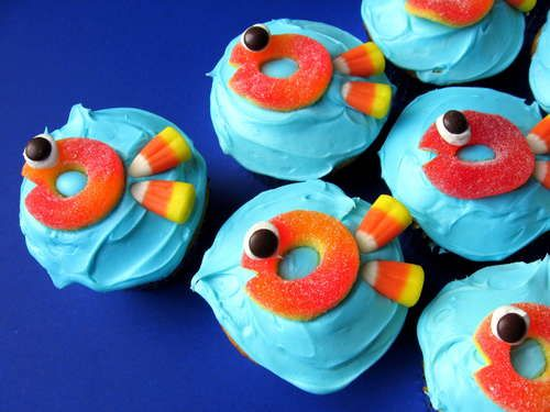 """""""school"""" of fish cupcakes....Jodi these could be for the swim party:)"""